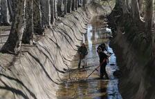 Voluntarios retiran basura de la acequia del canal en Juneda