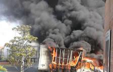 Espectacular incendio de una furgoneta en la A-2 en Fonolleres