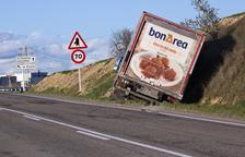 Un camió surt de la via a prop de Guissona a l'evitar una col·lisió
