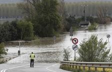 El Ebro inunda Navarra y peligro de desbordamiento en Zaragoza