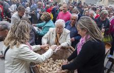 Anglesola reparte unos 12.000 panecillos bendecidos entre vecinos y visitantes