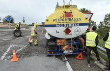 Un camión pierde una rueda, que impacta contra un coche en Cervera
