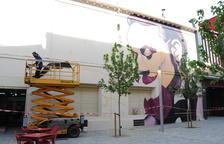 Pren forma el mural 'L'Amistat és nom de dona' de Sergi Gaya a Mollerussa