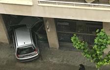 Un cotxe s'encasta contra l'aparador d'una botiga a Balaguer