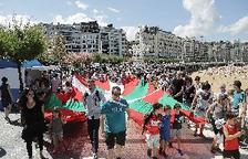 Desenes de milers de bascos uneixen les capitals en favor del dret a decidir