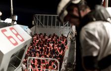 El buque Aquarius inicia la travesía hasta Valencia escoltado por Italia