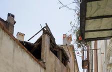 Desalojados 5 vecinos en Balaguer al derrumbarse el techo de una casa
