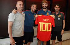 Piqué, homenatjat pels cent partits amb la selecció espanyola