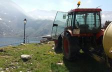 Transportan un tractor en el teleférico de la Vall Fosca