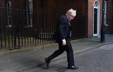 La dimissió de dos ministres redobla la pressió sobre May al Regne Unit