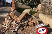 Grave un joven al empotrarse con su coche contra una casa en Anglesola
