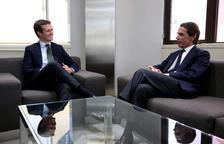 Casado es troba amb Aznar en plena polèmica pel màster