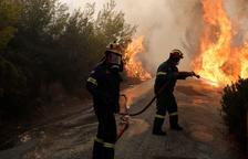 Los devastadores incendios en las cercanías de Atenas se han cobrado al menos 74 vidas