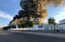 Un incendio quema parte de la nave de la panificadora de la bonÀrea en Guissona