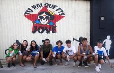 Joves de Maldà pinten un mural en les jornades de treball locals