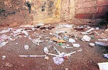 Jeringuillas y basura cerca del Mercat del Pla