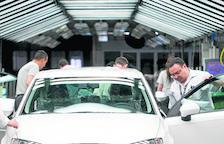 La venta de vehículos de gasolina ya supera a la de diésel en Lleida