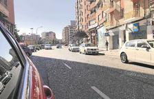 Vehicles circulen en contradirecció pel carrer Lluís Companys cap al passeig de Ronda