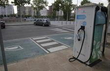 Dos puntos de recarga para coches eléctricos en Balàfia y junto al Arnau
