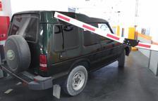 Destrosses en un vehicle per la barrera d'un aparcament