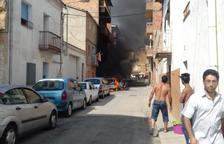 Dos ferits per inhalació de fum al cremar-se un cotxe en ple carrer a Alfarràs