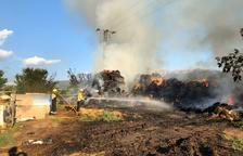 Un incendio calcina paja en el exterior de una granja en La Seu