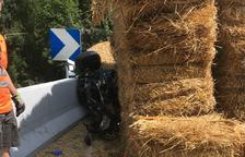 Muere un motorista en la N-230 en El Pont al chocar con el remolque volcado de un tractor