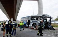Cinco fallecidos al empotrarse un autocar contra un pilar en Avilés