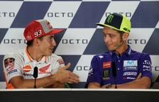 Marc Màrquez estén la mà a Rossi i aquest l'hi nega