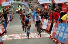 VÍDEO. Caiguda del guanyador de l'etapa al xocar amb un empleat de la Vuelta