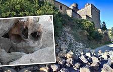 Es desprèn part de l'antiga muralla medieval de Torà i apareixen esquelets humans