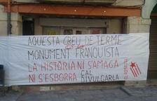 Pancarta en Tàrrega contra la cruz de término 'franquista' de la plaza Major