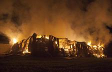 Un espectacular incendio destruye un almacén agrícola en Biosca