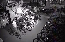 Empotran una furgoneta en una tienda leridana para robar motos
