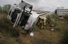 Un camió amb porcs cau per un terraplè a les Borges