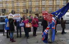 May se aferra al acuerdo del Brexit en medio de críticas y una cadena de dimisiones