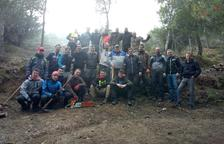 Una treintena de voluntarios limpian la Serra de Rosselló