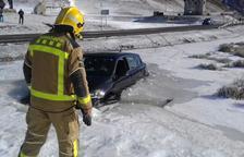 Un coche cae dentro de un lago helado en la Bonaigua
