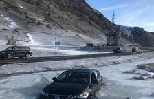 Un coche cae dentro de un lago helado en el puerto de la Bonaigua