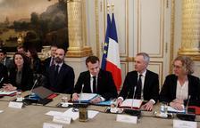 """Macron subirá el salario mínimo para calmar a los """"chalecos amarillos"""""""