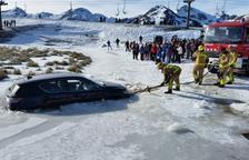 Un mosso ayudó a la conductora atrapada con su coche en el hielo