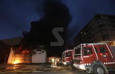 Un espectacular foc calcina per complet un taller de reparació de cotxes a Alcarràs