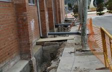 Treballs per a la reparació de goteres al poliesportiu de Mequinensa