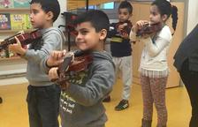 Alumnes del Magí Morera aprenen a tocar instruments gràcies a un taller