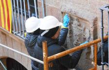 Solsona restaura escudos y gárgolas de los edificios antiguos