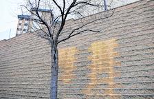 Pintadas amarillas en un cuartel de la Guardia Civil