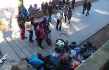 Una ONG recull plàstics i xeringues en un parc de Lleida