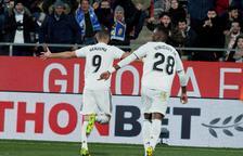 Benzema condueix el Madrid a les semifinals