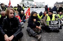 """Los """"chalecos amarillos"""" mantienen sus protestas denunciando violencia policial en París"""