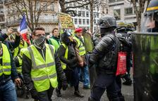 """Los """"chalecos amarillos"""" no aflojan y encadenan 13 semanas de movilización"""
